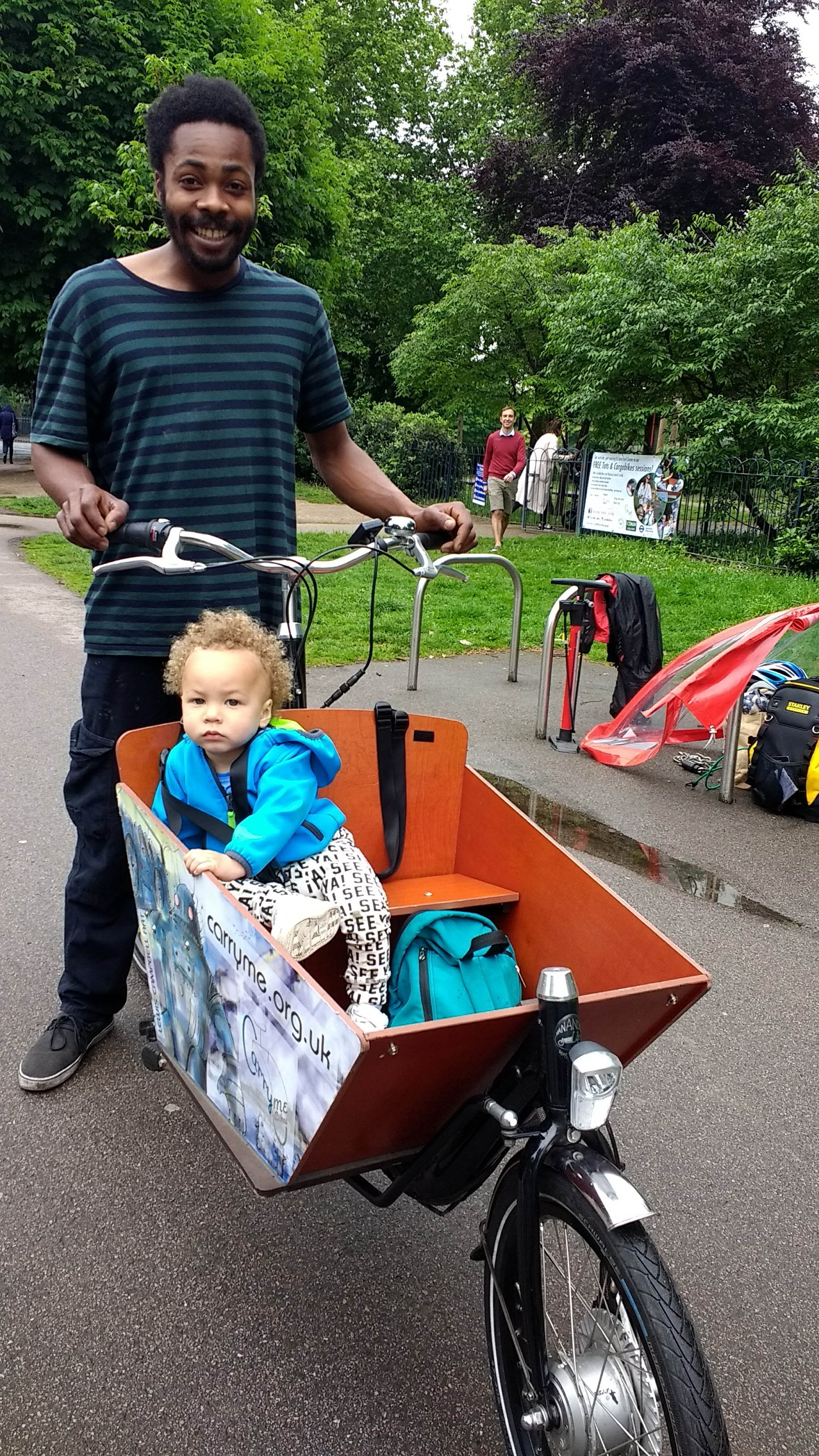 Dad with little tot in cargobike