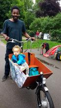 Dad and little tot in cargobike